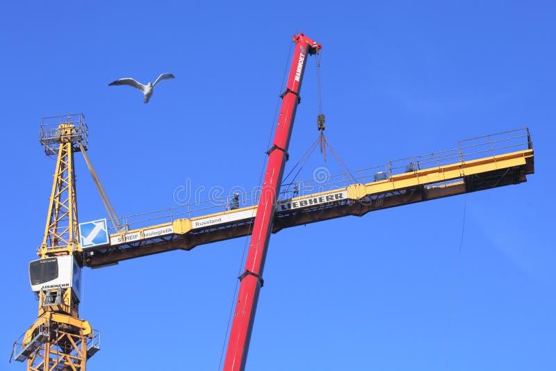 Het werk op grote hoogte, installatie van de kraanusi van de bouwtoren stock afbeelding