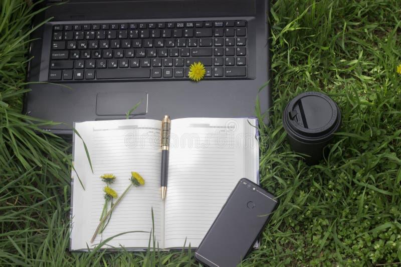 Het werk in openlucht met telefoon, laptop en coffe stock afbeeldingen