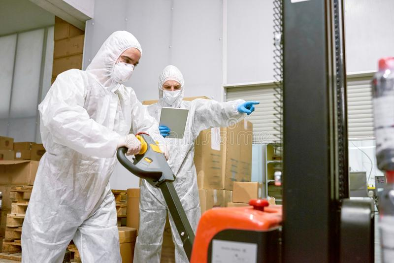 Het werk Proces in Fabriekspakhuis stock foto