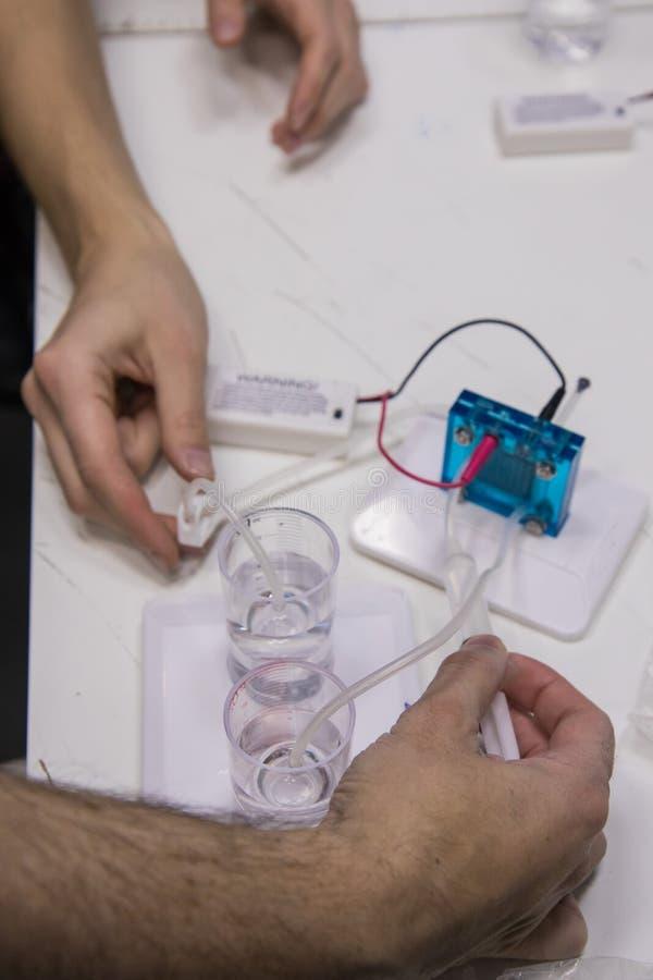 Het werk proces in nanotechnologielaboratorium van waterstofenergie stock foto's