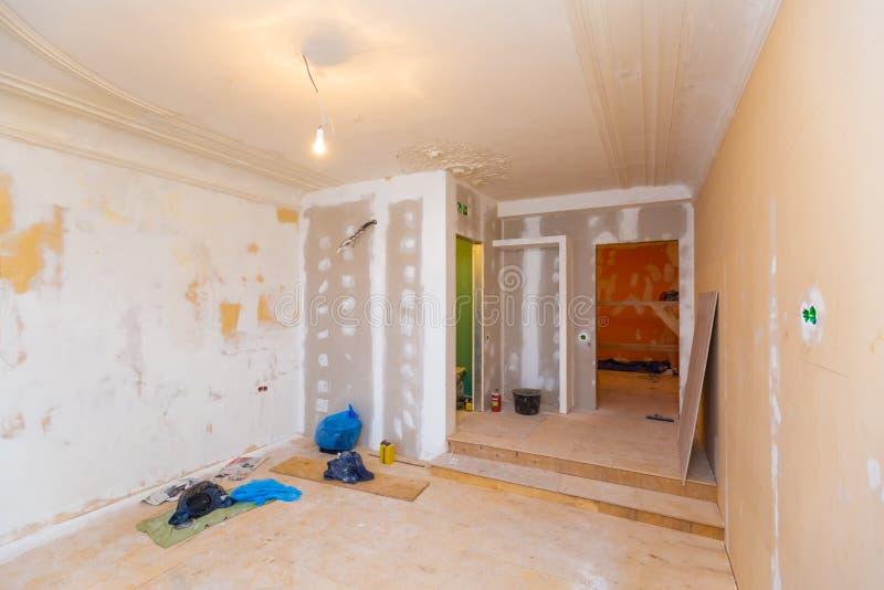 Het werk proces om kaders voor gipsplaat te installeren - drywall en bouw de hulpmiddelen in flat is onder royalty-vrije stock afbeeldingen