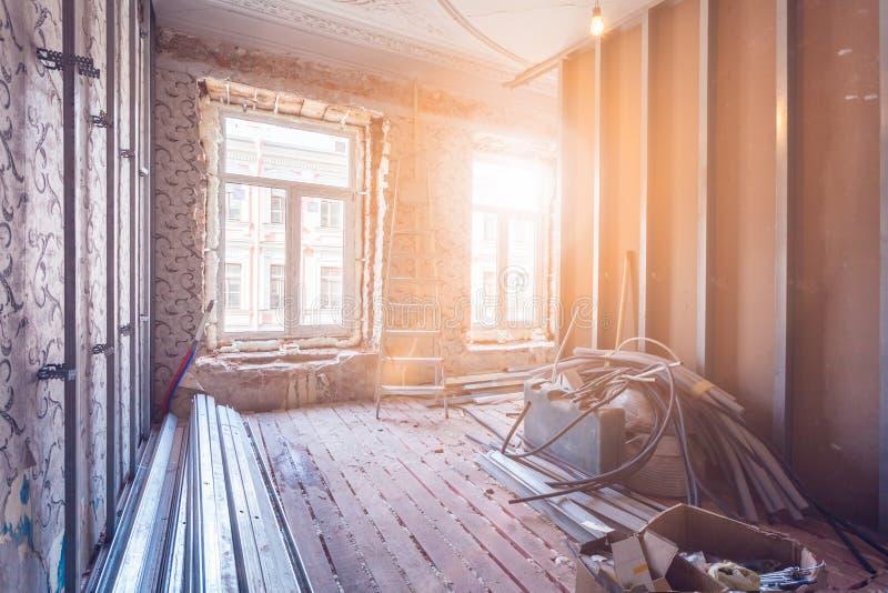 Het werk proces om pvc-vensters en metaalkaders voor gipsplaat - drywall en bouwhulpmiddelen in ruimte van flat te installeren stock foto