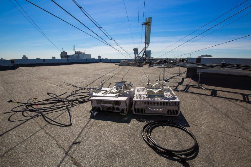 Het werk proces om telecommunicatie-uitrusting te bevorderen Ontmantelde oude generatie openlucht radioeenheden en coaxiaal stock afbeelding