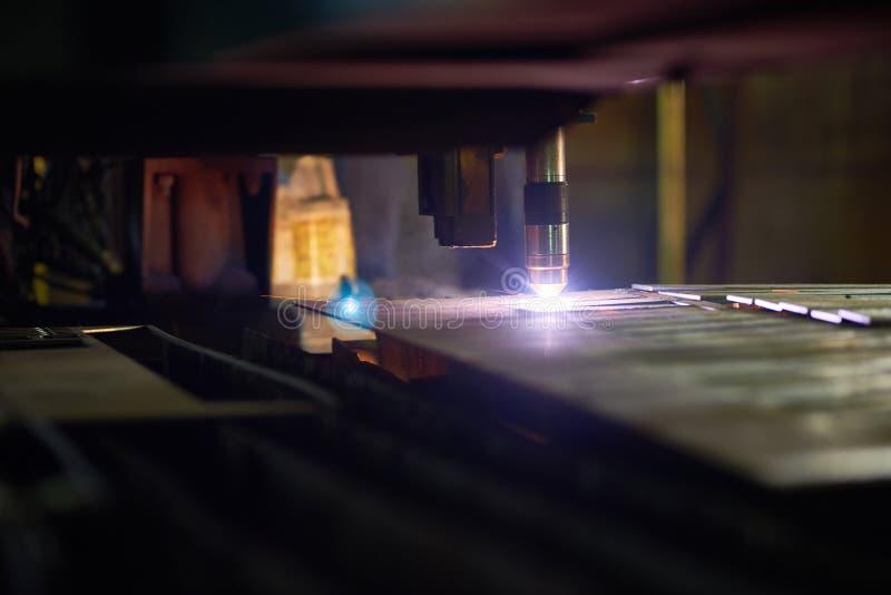 Het werk Proces van Laser Om metaal te snijden royalty-vrije stock foto