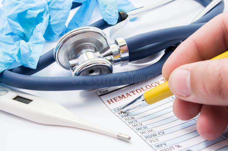 Het werk scène van huisarts of pediater De arts controleert geduldige het bloedanalyse van ` s Concept diagnose van inflammator stock afbeeldingen