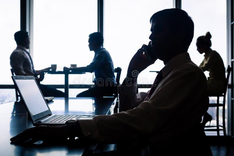 Het werk situatie met werknemers die koffie hebben royalty-vrije stock afbeeldingen