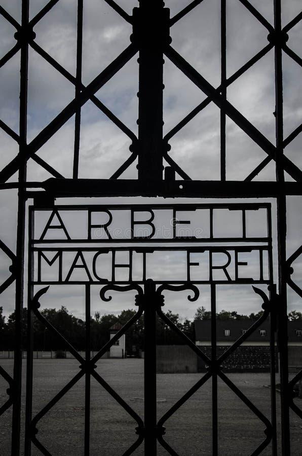 Het Werk van Arbeit macht frei plaatst u vrij teken op het Concentratiekamppoort van Dachau van de Nazi stock foto's