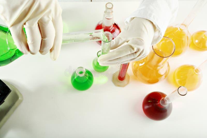Het werk van de chemie stock afbeeldingen