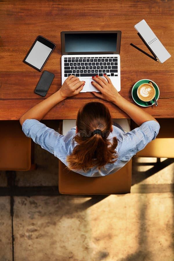 Het werk van de computer Bedrijfsvrouw die bij Koffie werken Freelance, Mededeling royalty-vrije stock afbeeldingen