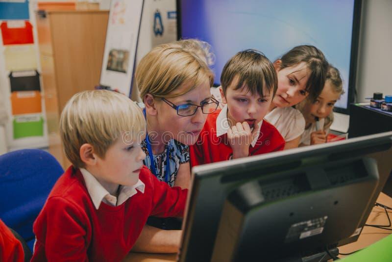Het Werk van de klaslokaalcomputer stock fotografie