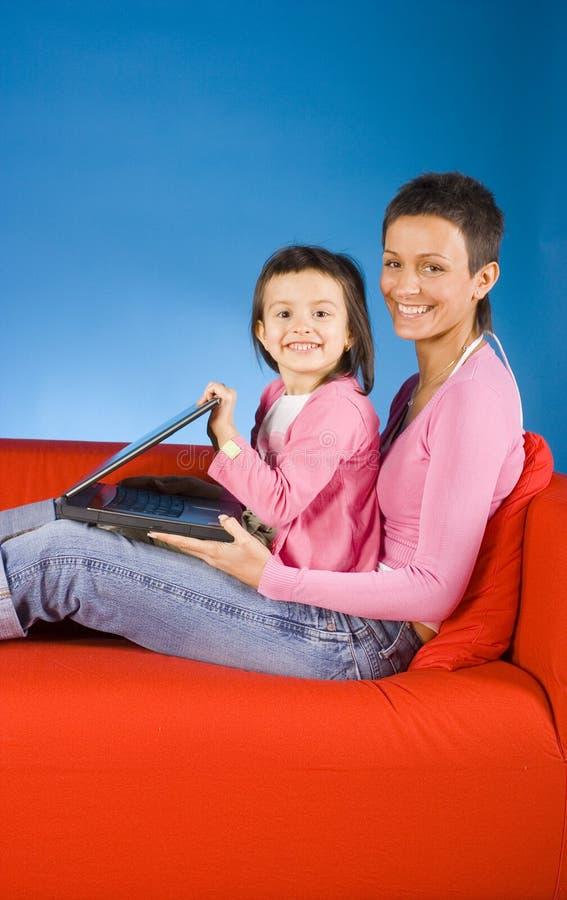 Het werk van de moeder en van het kind samen. stock afbeeldingen