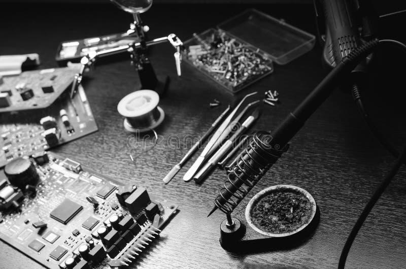 Het werk van de soldeerboutreparatie De Zwart-witte foto van Peking, China royalty-vrije stock foto's