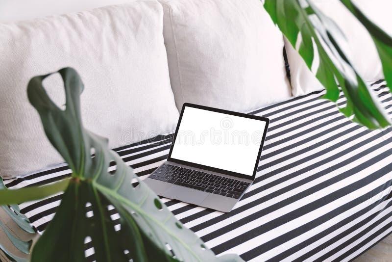 Het werk van huis, afstandsbaan, het comfortwerk Open laptop op de laag stock afbeelding