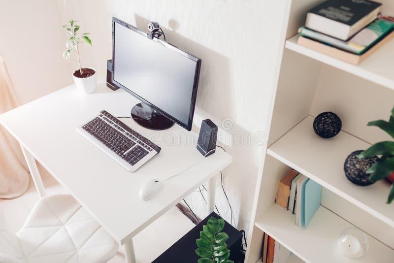 Het werk van Huis Werkruimte van een freelancer Binnenlands Modern ontwerp met wit meubilair en technologieën royalty-vrije stock fotografie