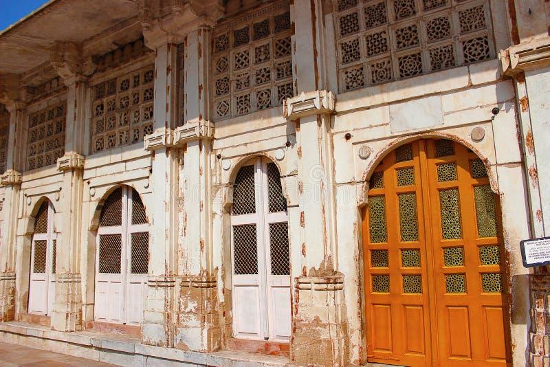 Het werk van steenjali aangaande de deuren en de muren en gebieden Sarkhej Roza, Ahmedabad, Gujarat royalty-vrije stock afbeeldingen