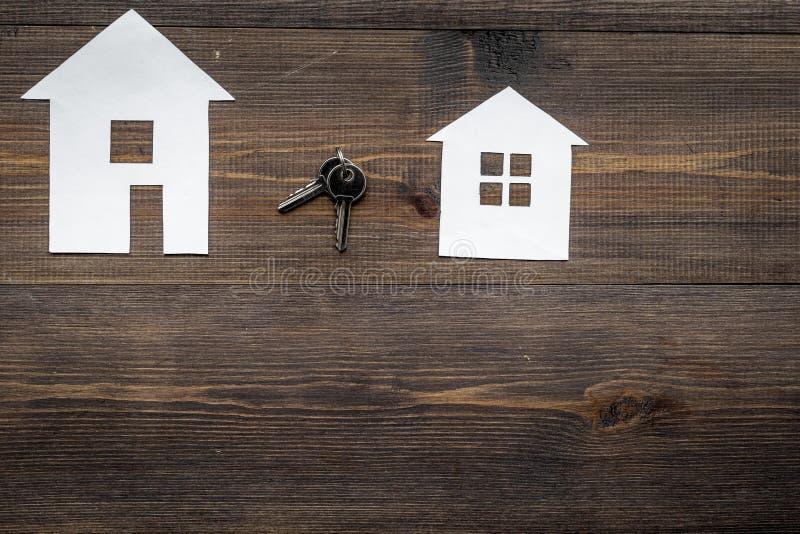 Het werkbureau met document cijfers voor het verkopen van huis vastgestelde houten achtergrond hoogste meningsruimte voor tekst stock foto
