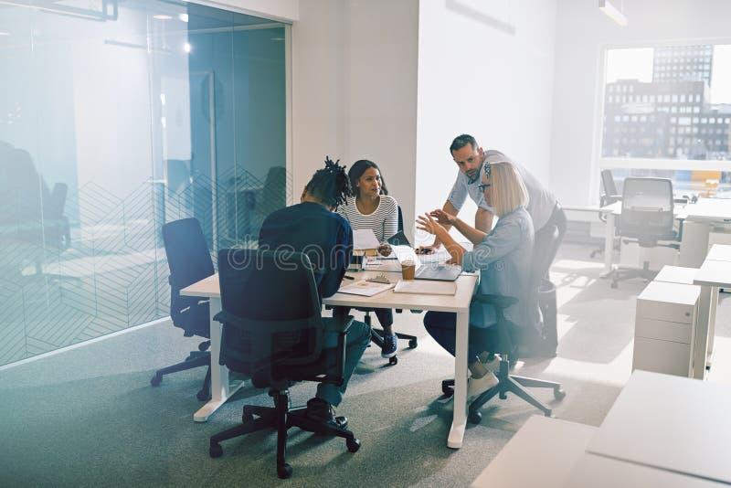 Het werkcollega's die zaken bespreken samen tijdens een bureau me stock foto's