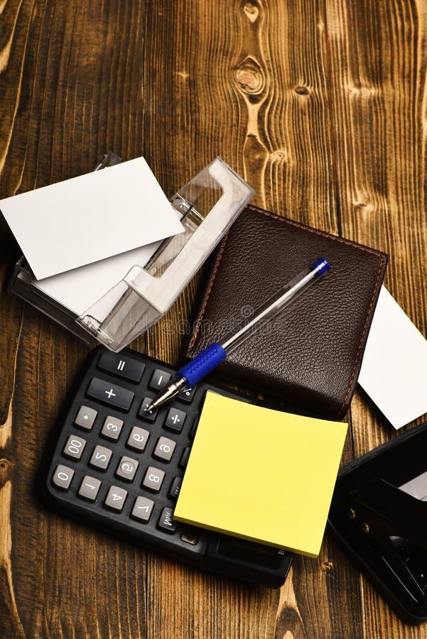 Het werkconcept: bemant leerportefeuille en kantoorbehoeften op uitstekende achtergrond royalty-vrije stock fotografie