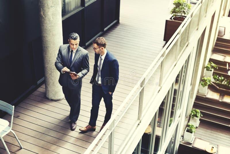 Het Werkconcept van zakenmanwalking discussion talking royalty-vrije stock afbeeldingen
