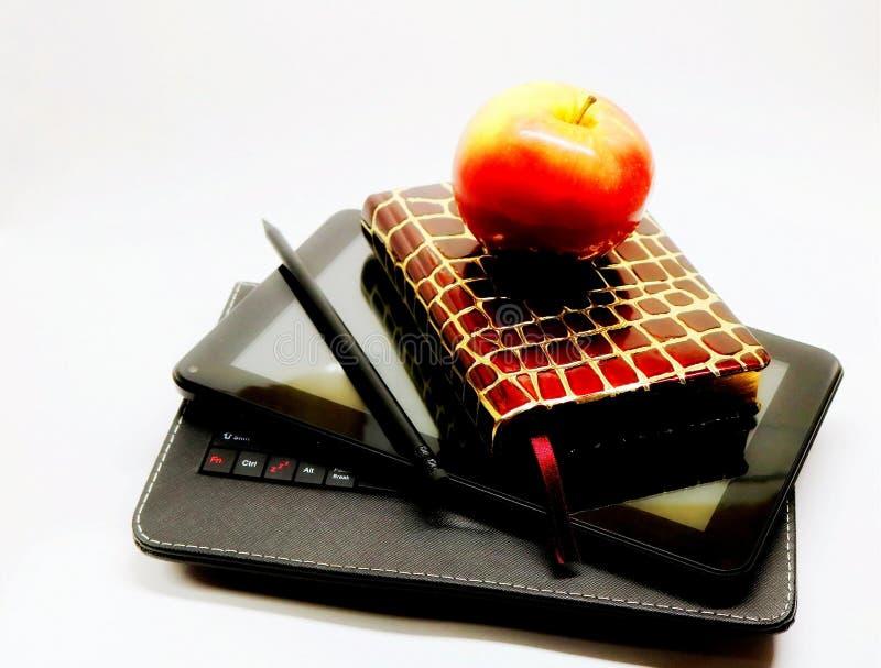 Het werkdagen bureau Het werktoebehoren Notitieboekje Potlood PC van de tablet baan snack Een appel royalty-vrije stock afbeelding