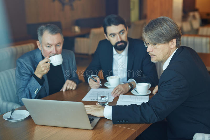 Het werken aan Bedrijfspresentatie met Collega's stock afbeeldingen