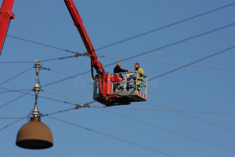 Het werken aan elektrische lijn stock foto's