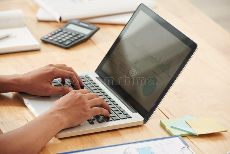 Het werken aan financieel rapport stock foto