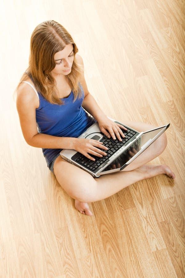 Download Het werken aan laptop stock afbeelding. Afbeelding bestaande uit schitterend - 10775087