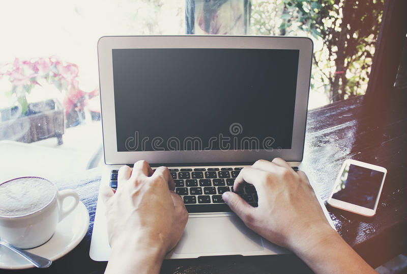 Het werken aan laptop stock afbeelding