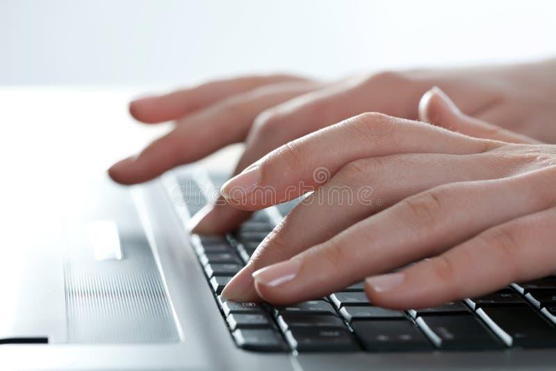 Het werken aan laptop