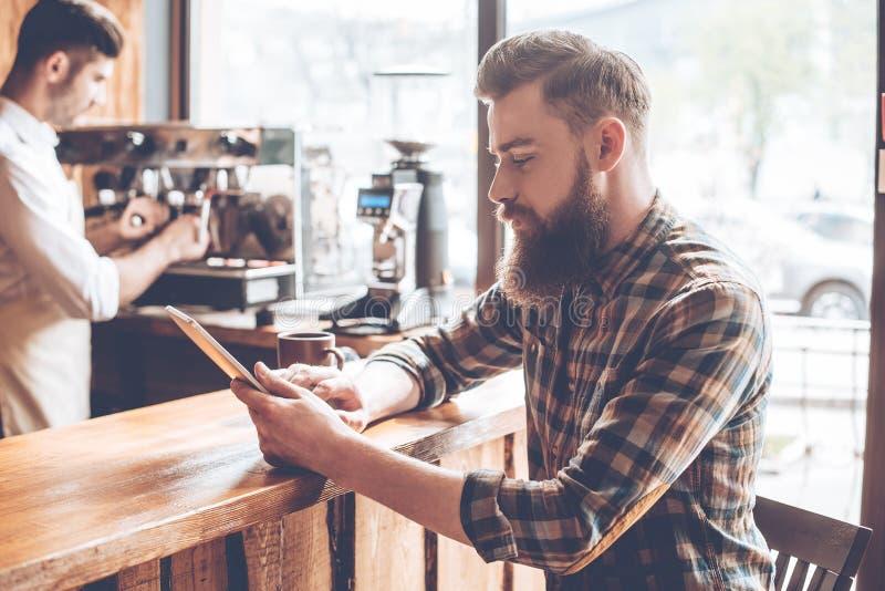 Het werken bij koffiewinkel stock fotografie