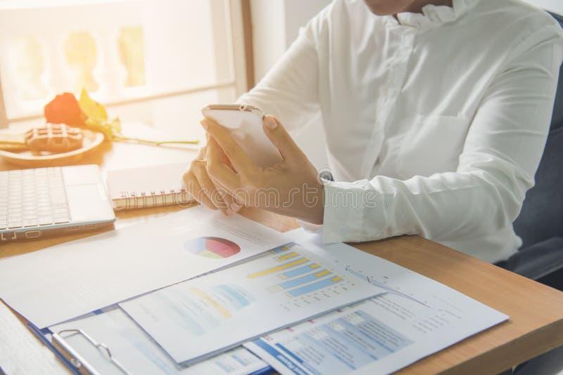 Het werken in bureau met het Tonen van het Rapportgrafieken van de Handmarkt Op de markt brengende Afdeling die Nieuwe Strategie  stock fotografie