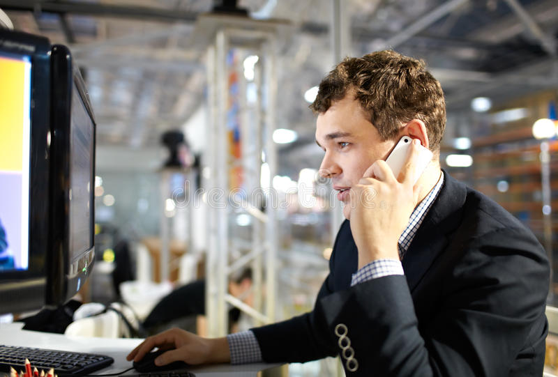 Het werken en het spreken op de telefoon. royalty-vrije stock foto's
