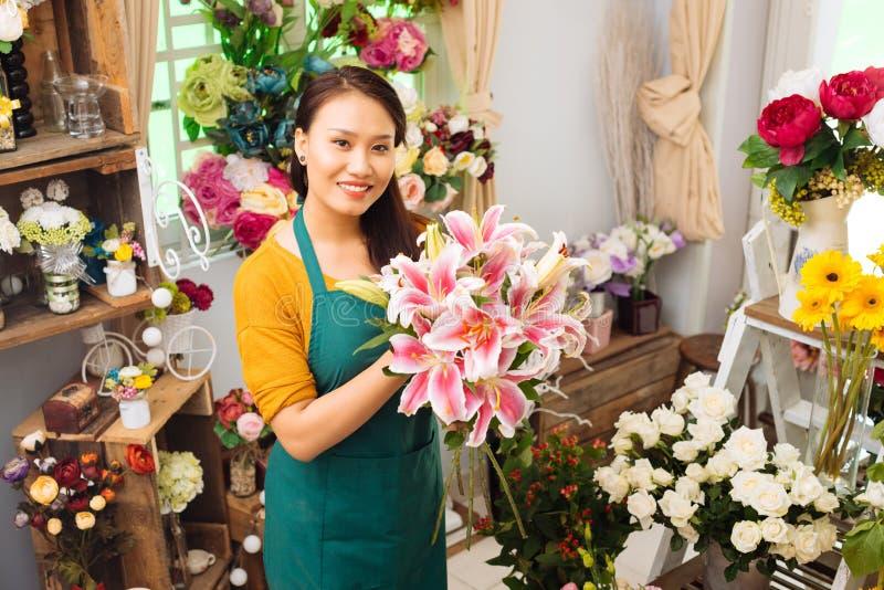 Het werken met bloemen royalty-vrije stock foto