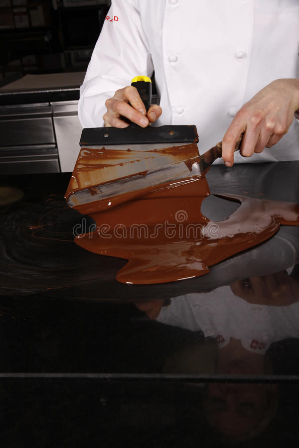 Het werken met chocolade stock fotografie
