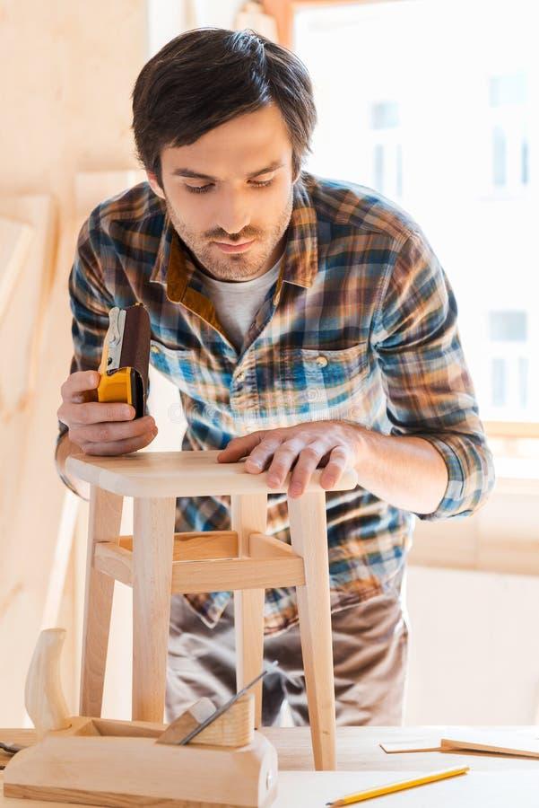 Het werken met hout is zijn hartstocht stock foto's