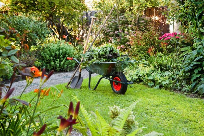 Het werken met kruiwagen in de tuin royalty-vrije stock afbeeldingen