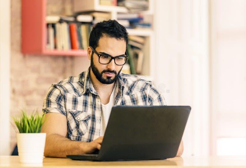 Het werken met Laptop royalty-vrije stock afbeelding