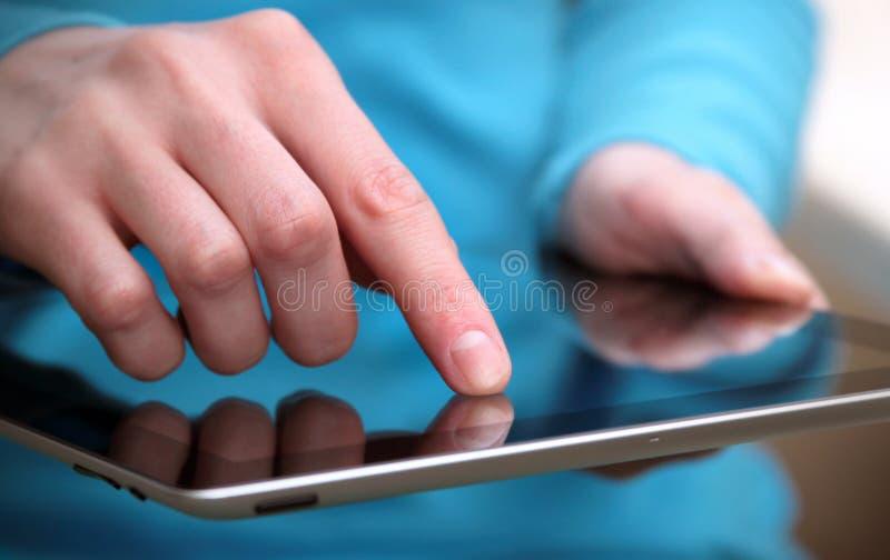 Het werken met tabletcomputer stock fotografie