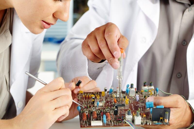 Het werken met transistorraad stock foto