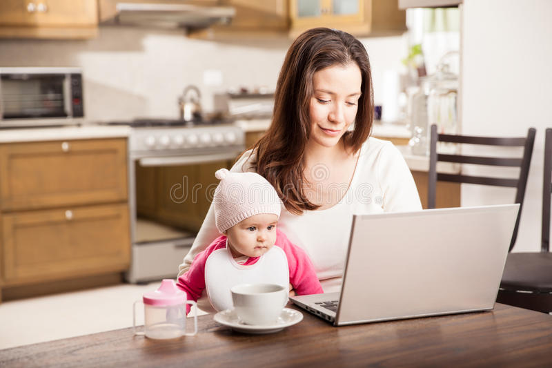 Het werken thuis met een baby royalty-vrije stock foto's