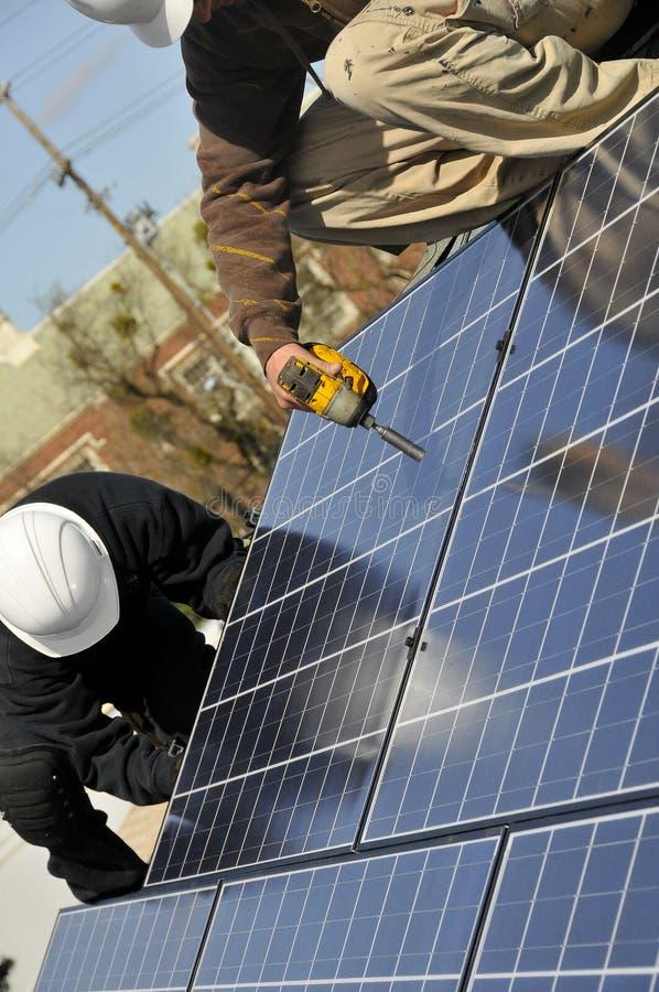 Het Werken van de Installateurs van het zonnepaneel royalty-vrije stock foto