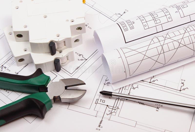 Het werkhulpmiddelen, elektrische zekering en broodjes van diagrammen op bouwtekening van huis stock fotografie
