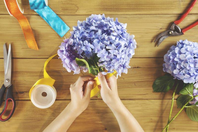 Het werklijst van bloemistvrouw stock foto's
