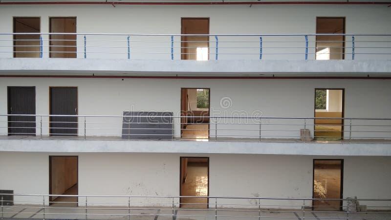 Het werkruimte in de multi opgeslagen bouw royalty-vrije stock afbeelding