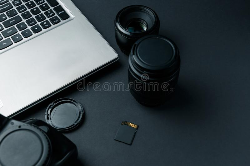 Het werkruimte op zwarte lijst van fotograaf stock foto's