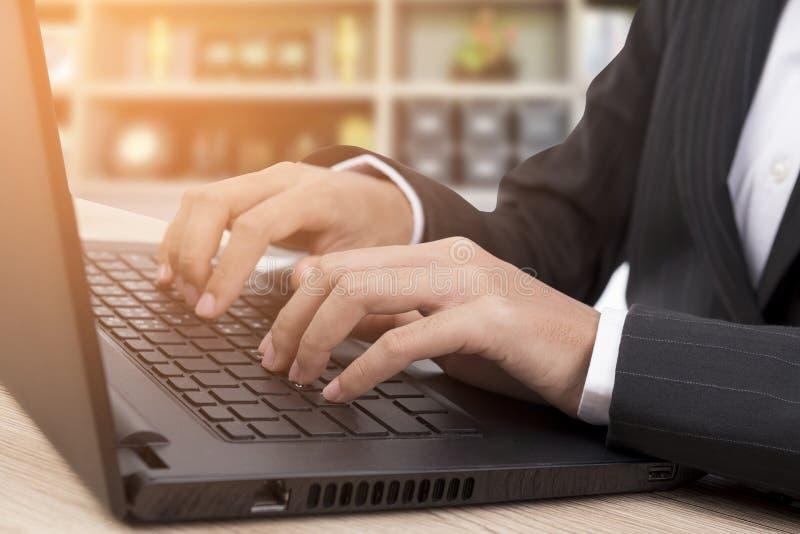 het werksleutels op laptop royalty-vrije stock fotografie