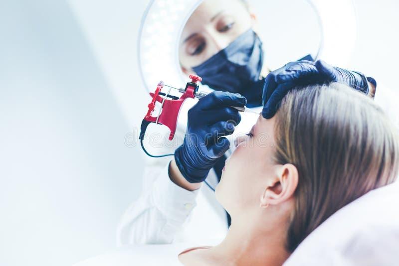 Het werkstroom van Microbladingswenkbrauwen in een schoonheidssalon Vrouw die haar oog hebben - brows gekleurd royalty-vrije stock foto's