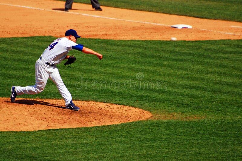 Het werpen van een fastball stock afbeelding