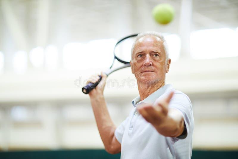 Het werpen van tennisbal stock foto's